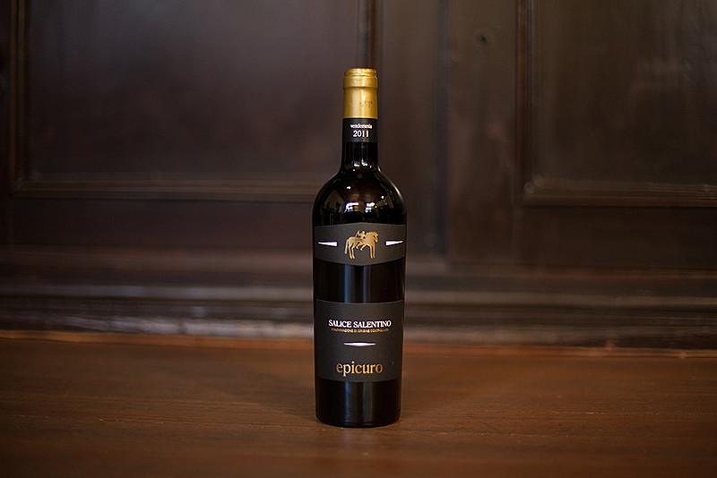 Eine Weinflasche von SALICE SALENTINO DOC