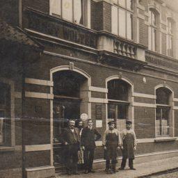 Ernst Wolter mit Mitarbeitern vor dem Firmengebäude in Lüchow.